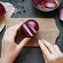 Ştiaţi că felul în care tai ceapa îi afectează gustul?