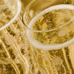 Şampania te îmbată mai repede. Ştii de ce?