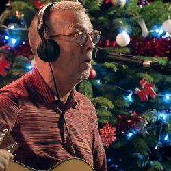 """Eric Clapton aduce un strop de blues în playlistul nostru cu piese de Crăciun - """"For Love On Christmas Day"""""""
