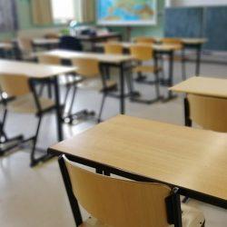 Pandemia determină tot mai multe instituții de învățământ să treacă la scenariul roșu