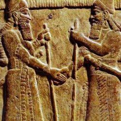 Care este originea gestului strângerii mâinilor?