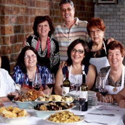 Reţeta succesului: restaurantul care angajează bunici din toată lumea în loc de chefi [VIDEO]
